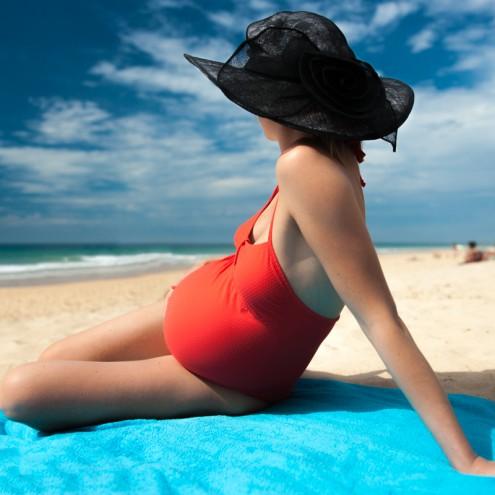 Femme enceinte à la plage